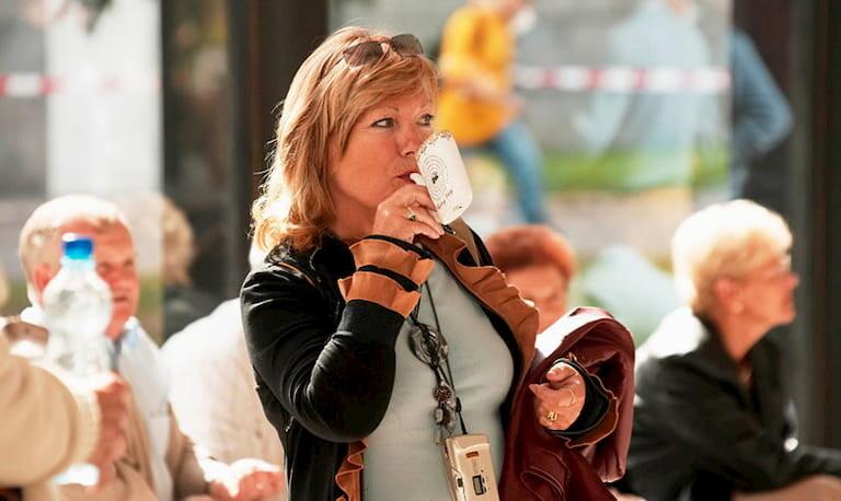 Mujer bebiendo en pipa tradicional de Karlovy Vary