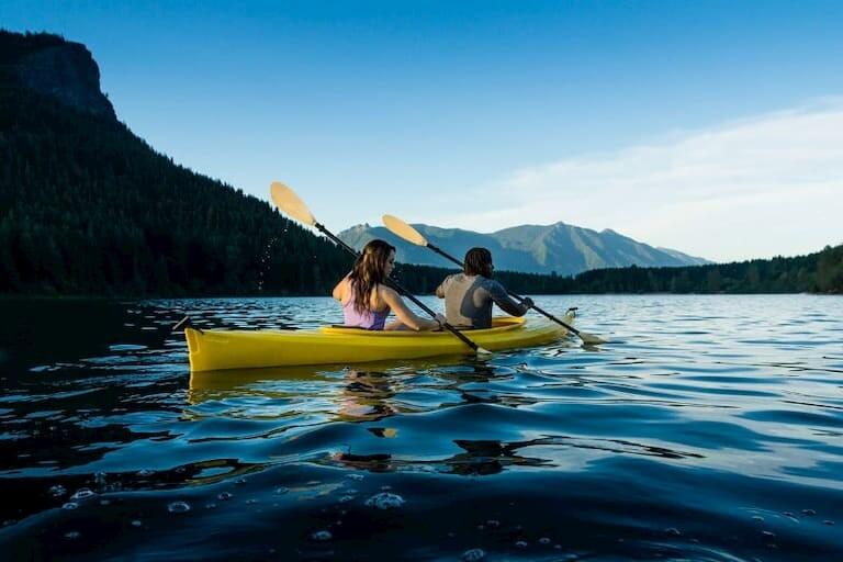 Una pareja hace kayak en el río Cetina