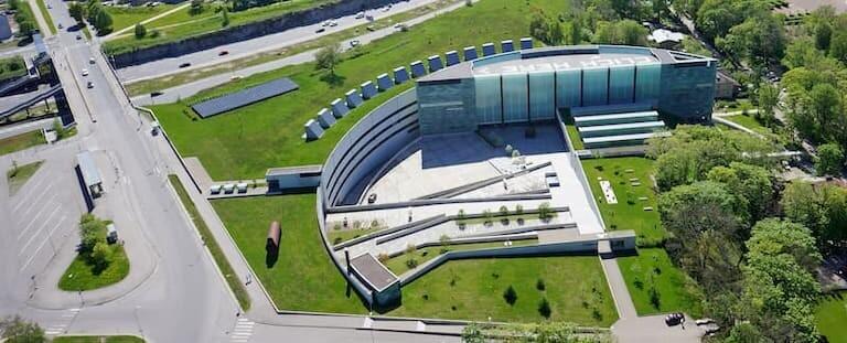 Museo de Arte KUMU en Tallin desde las alturas