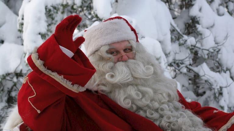 Papá Noel saludando en Laponia
