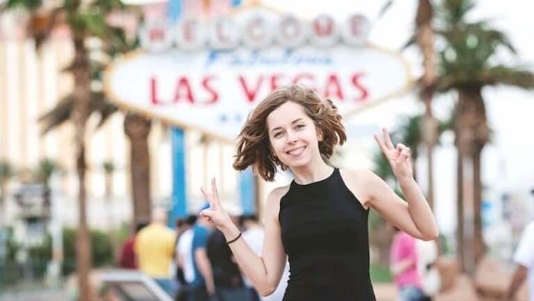 Chica sonriente en frente del  Cartel de Las Vegas