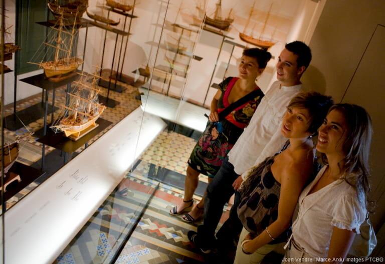 Personas en el Museo del Mar en Lloret de Mar