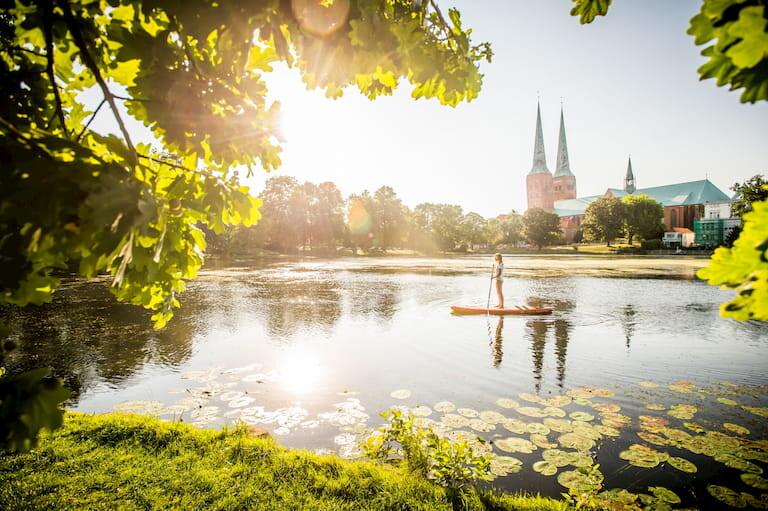 Una mujer pasea en piragua en un lago de Lübeck