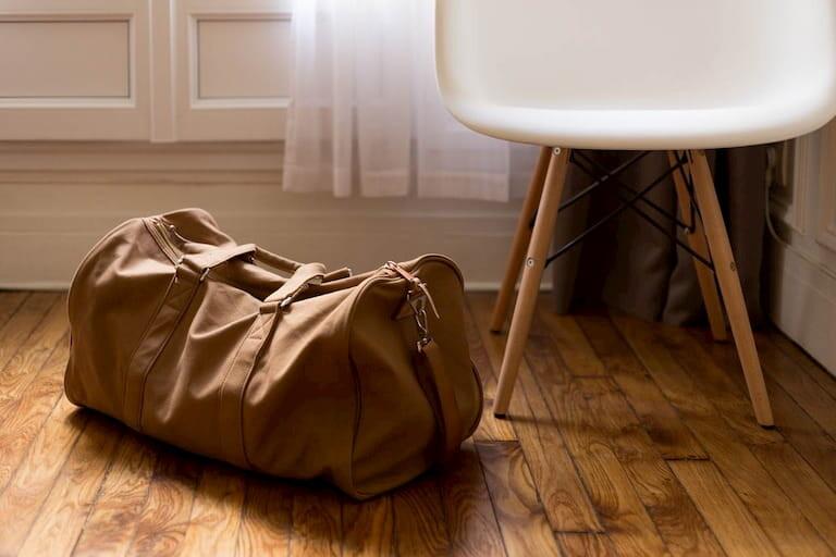 Bolsa de viaje marrón preparada para ir de viaje