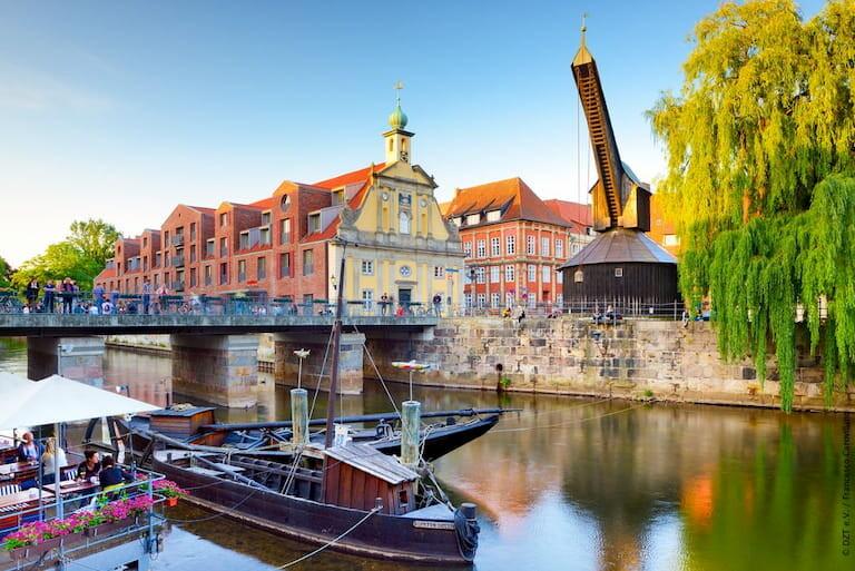 La animada ciudad medieval de Luneburgo desde el río