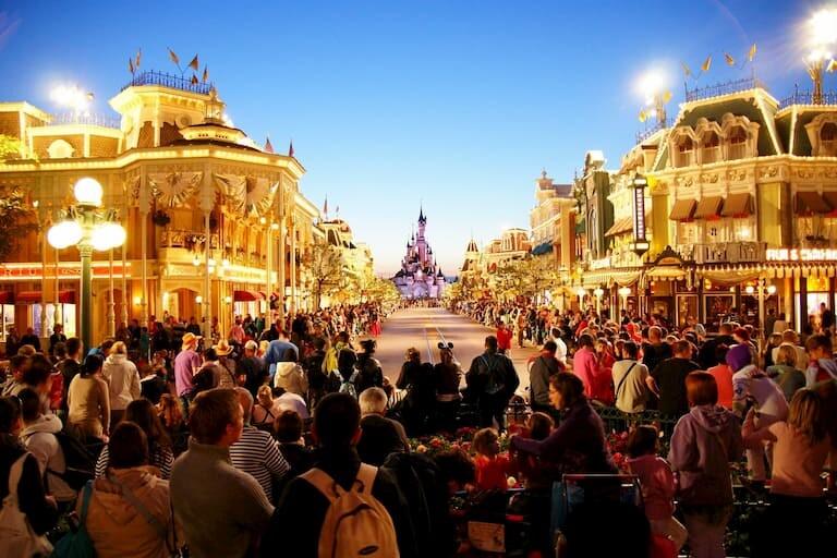 La gente preparada para recibir la Cabalgata Disney Stars On Parade.