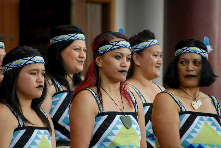 Mujeres maoríes con vestidos tradicionales y los labios pintados de negro