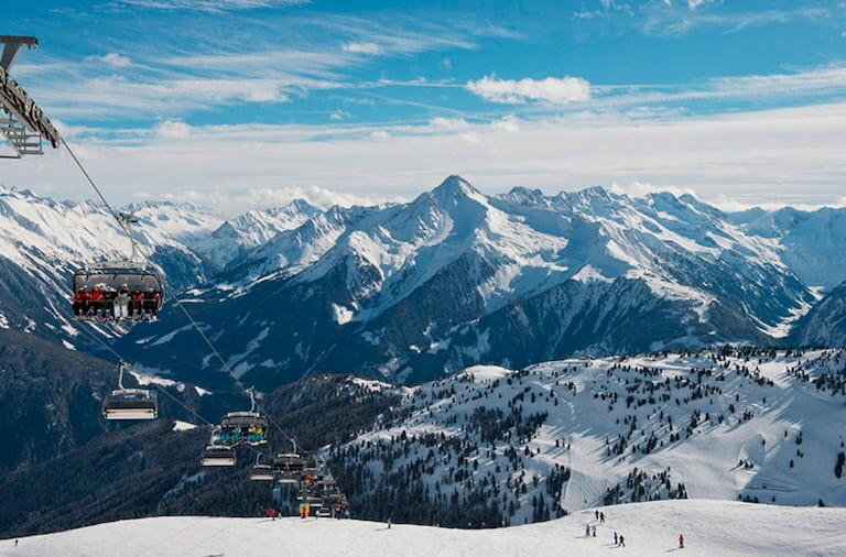 Telesillas de la Estacion de esquí de Mayhorfen con las montañas nevadas al fondo.