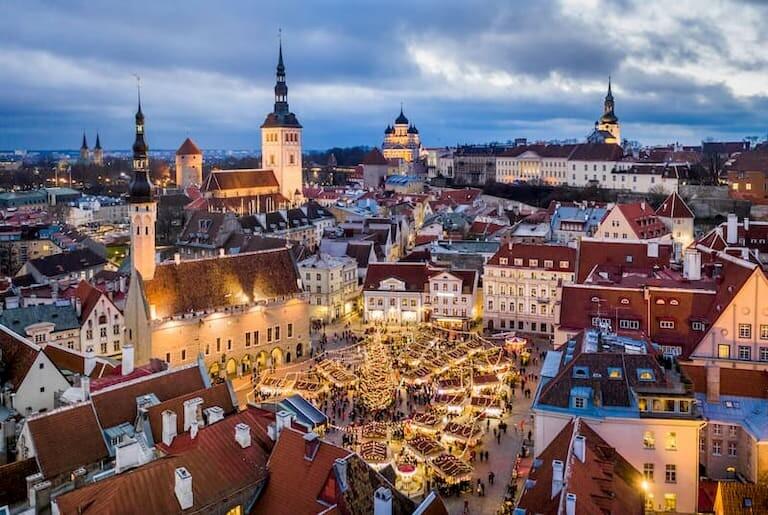 El Mercado de Navidad de Tallin y sus luces desde el aire