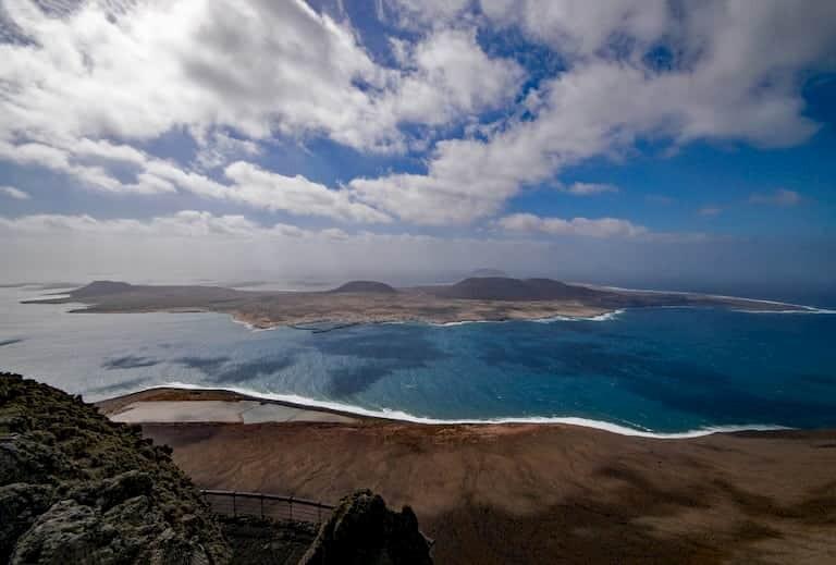 Vistas de la isla de la Graciosa desde el Mirador del Río en Lanzarote.