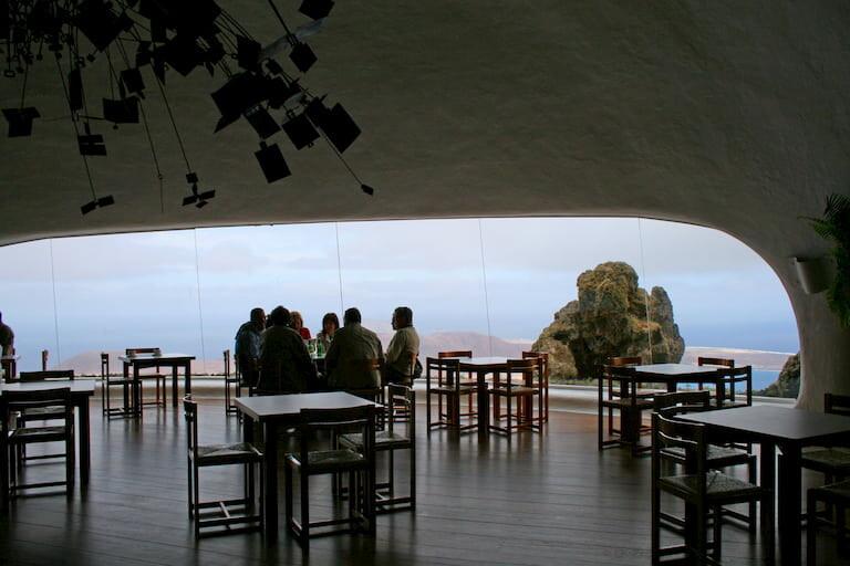 La cafetería del Mirador del Río, creada por César Manrique