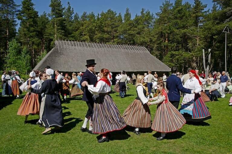 Estonios bailando con trajes de época en el Museo Estonio al Aire Libre de Tallin