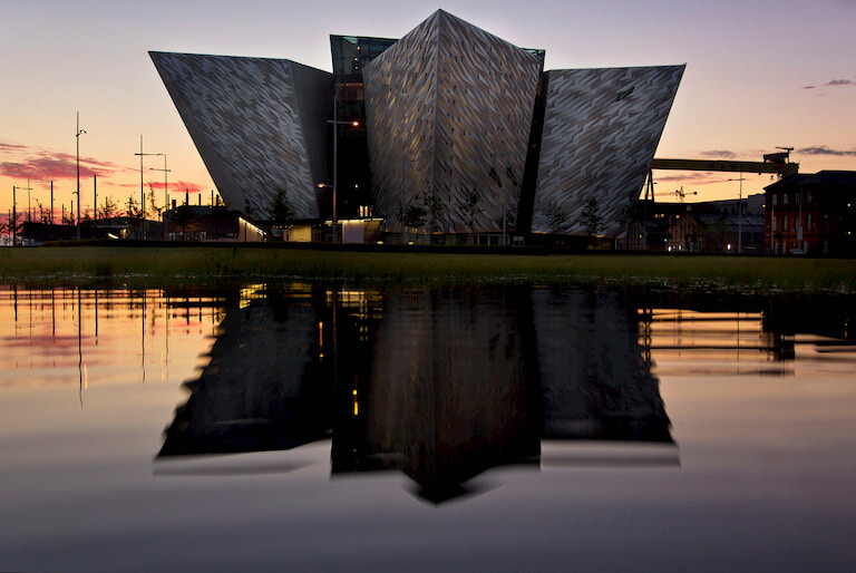 Exterior del Museo del Titanic de Belfast al atardecer.
