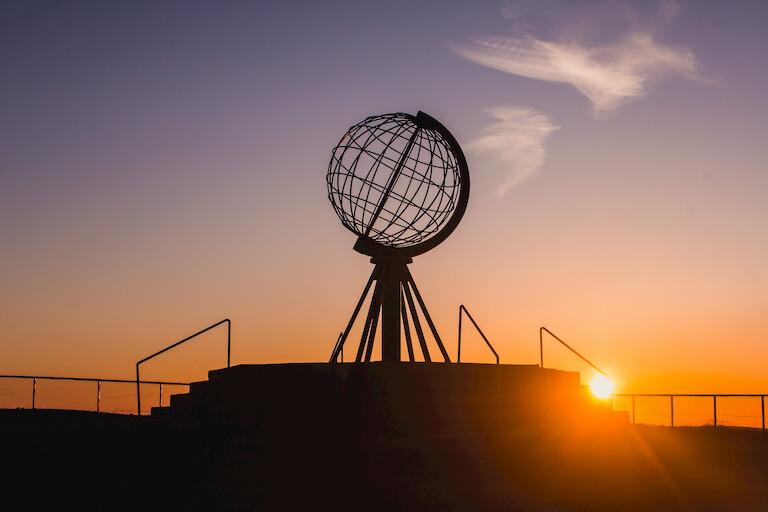 Sol de Medianoche en la estatua del Cabo Norte de Noruega