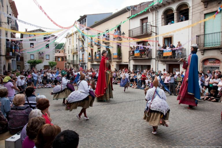 """Los """"gegants"""" bailando en la Fiesta Mayor de Sant Feliu de Guíxols"""