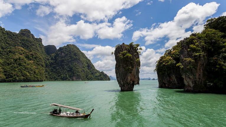 Islote de Ko Tapu en medio del mar de Phuket.