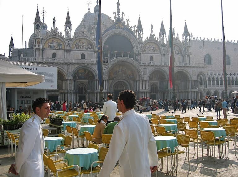 El Caffè Lavena con vistas a la Basílica de San Marco.