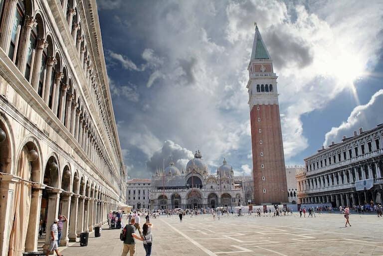 La Plaza San Marco con la Basílica y el Campanile.