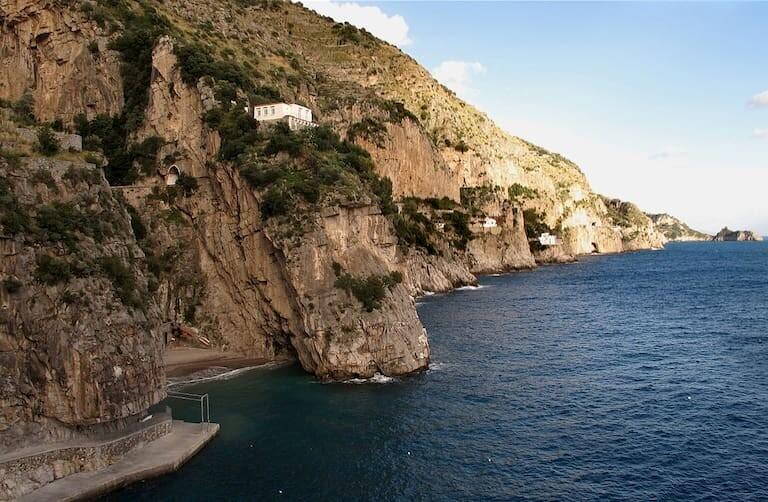 Marina di Praia, una escondida cala entre acantilados.