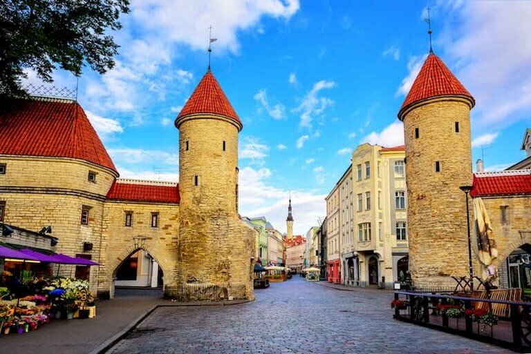 La Puerta Viru, con sus torres medievales y la muralla.