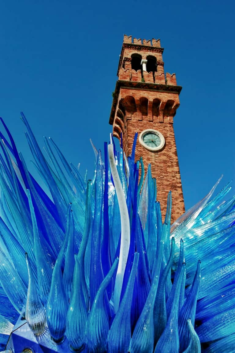 La Torre del Reloj de Murano y la escultura del Cometa de Cristal