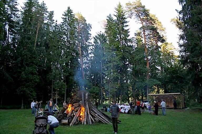 Picnic en Estonia con una hoguera para la noche de San Juan