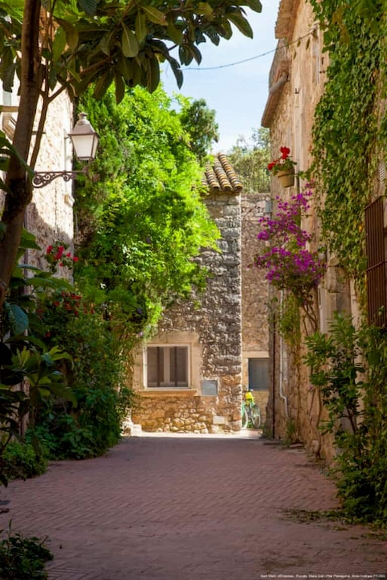 Las calles de piedra del pueblo medieval de Sant Martí d'Empúries