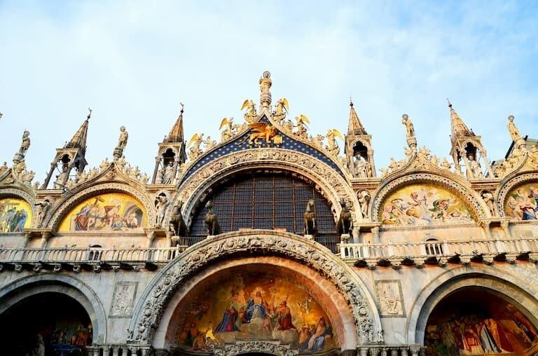 Detalles de la fachada de la Basílica de San Marco
