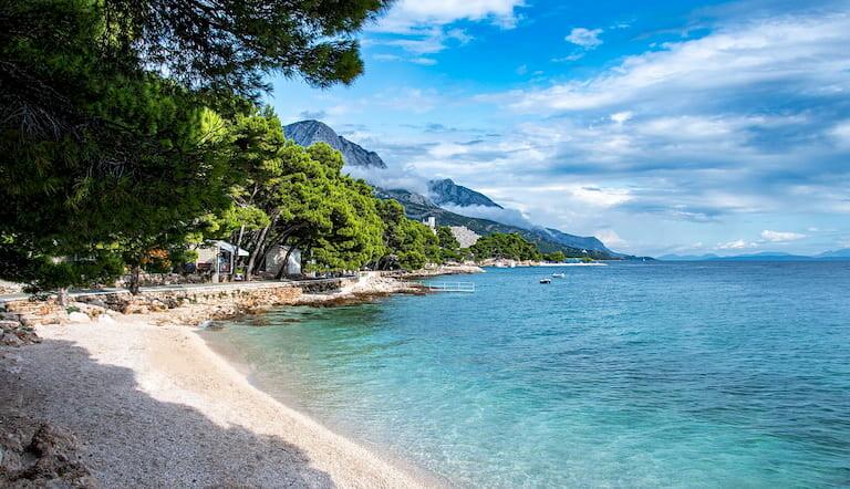 Una bonita playa de Croacia, rodeada de naturaleza