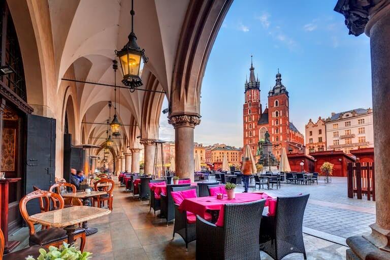Restaurante de la plaza de Cracovia, con la Basílica de Santa Maria al fondo