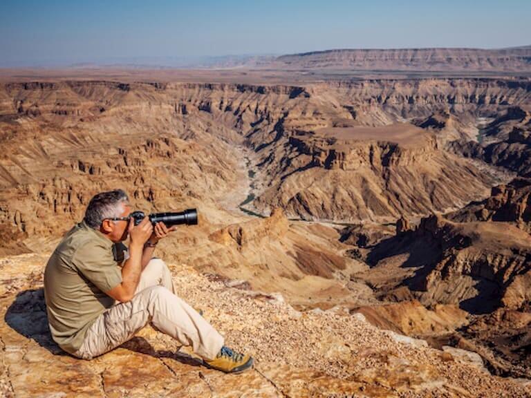 Hombre fotografiando las vistas de Fish River Canyon
