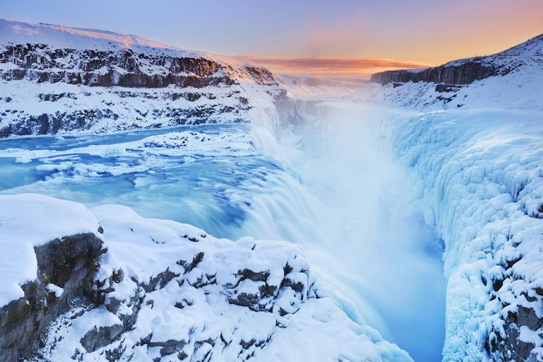 Cascada Gullfoss congelada en invierno