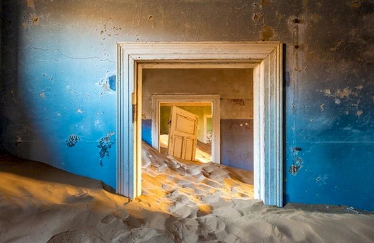 La ciudad abandonada de Kolmanskoop devorada por la arena del desierto