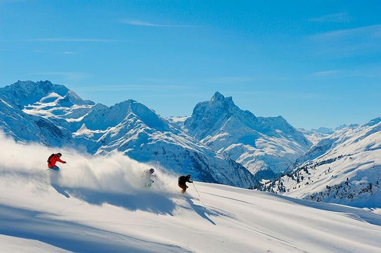 Dos esquiadores a toda velocidad en las montañas nevadas de St.Anton