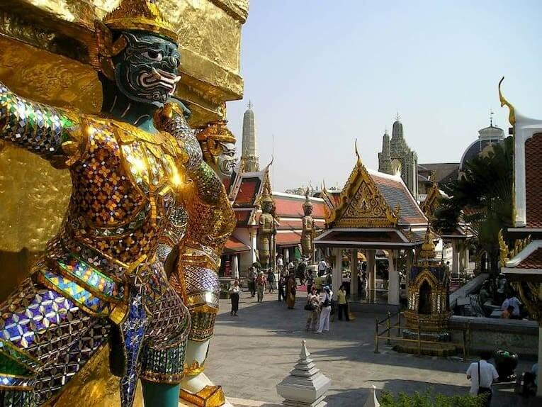 Las esculturas doradas y los templos del Gran Palacio de Bangkok
