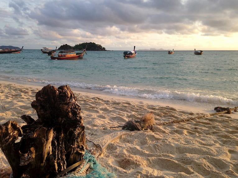 La playa de la isla Kho Lipe al atardecer.