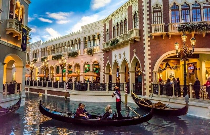 The Venetian Hotel con sus góndolas en el canal, Las Vegas.