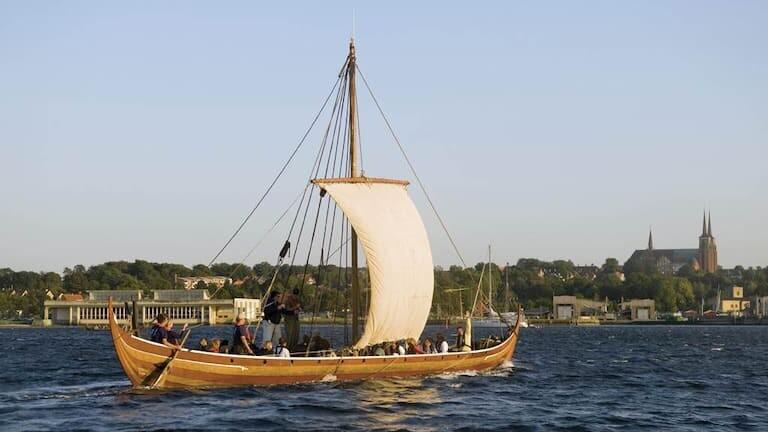 Barco vikingo surcando el mar.