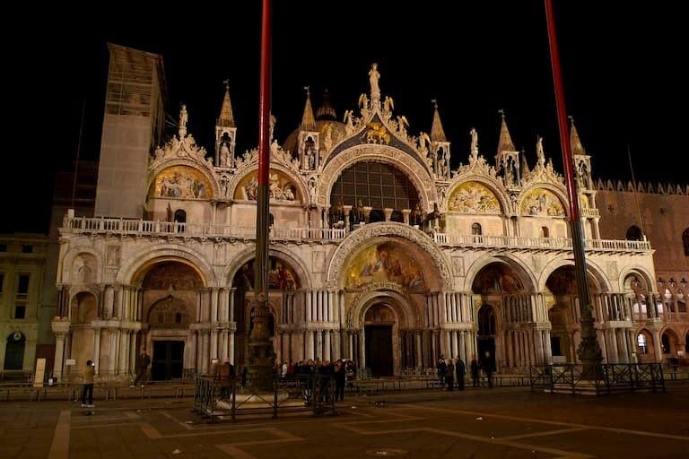 La Basílica de San Marco por la noche.