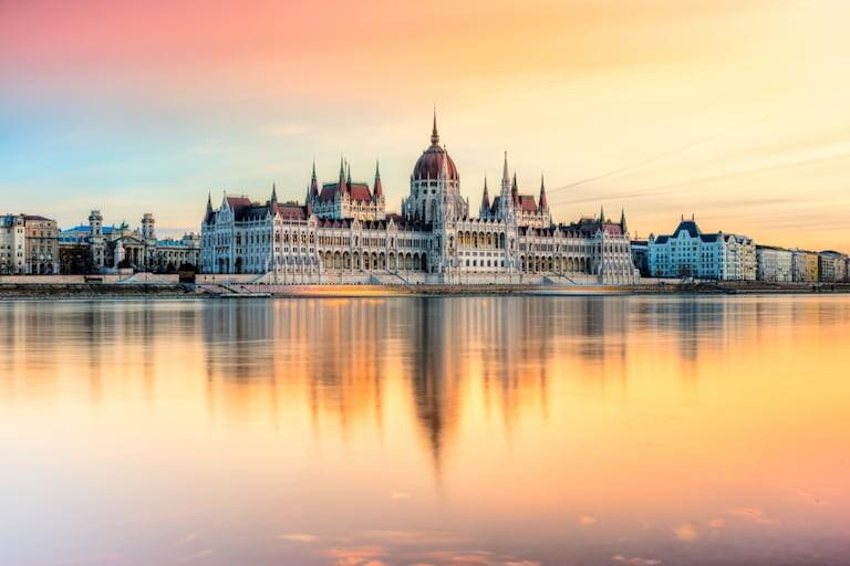 Parlamento de Budapest al atardecer desde el río