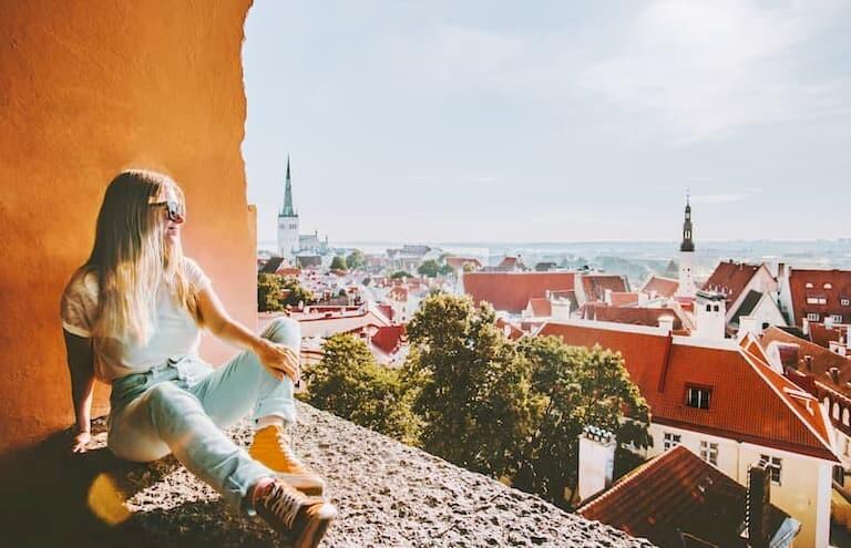 Vistas de los tejados rojos de Tallin desde un mirador.