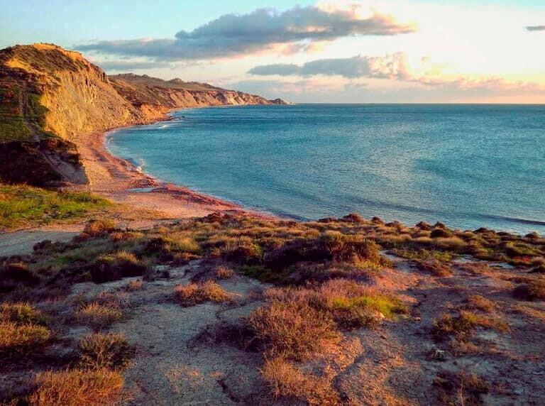 La Playa Zingarello rodeada de vegetación y naturaleza, al atardecer.